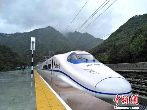 圖為西成高鐵陝西段進入試運行階段。 西鐵局供圖 攝